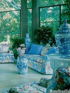 Interior design trends in the Featured in our October 1981 issue, a sitting area in Old Westbury Gardens in Long Island, New York, the Baker sofas are covered in Brunschwig & Fils's Westbury Bouquet glaze chintz. Beautiful Interiors, Beautiful Homes, House Beautiful, 1980s Interior, Pastel Interior, Old Westbury Gardens, Deco Retro, Interior And Exterior, Interior Design