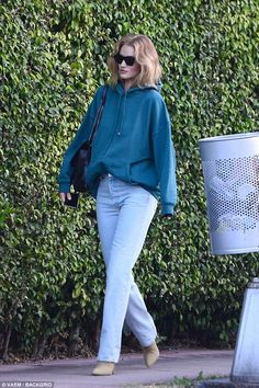 Rosie Huntington-Whiteley rocks comfy jumper after Miami photoshoot Rosie Huntington Whiteley, Rose Huntington, Star Fashion, Fashion Models, Daily Fashion, Classy Outfits, Casual Outfits, Casual Heels Outfit, Winter Outfits