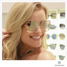 Os óculos de sol com lentes geométricas são perfeitos para uma mulher  moderna! Suas hastes 04c347eaff