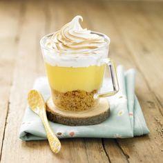 Tarte au citron meringuée bretonne10 Palets Bretons Ker Cadélac 3 œufs 150 g de sucre 2 citrons jaunes 180 g de beurre 1 feuille de gélatine 30 g de sucre glace 1 poche à douille