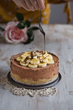 (English) This Chocolate Banana Mascarpone Cheesecake is a wonderfully tasty dessert! It is a no bake cheesecake made without gelatin but with chocolate instead. Cold Desserts, Mini Desserts, No Bake Desserts, Easy Desserts, Delicious Desserts, Dessert Recipes, Dinner Recipes, Banana Cheesecake, Best Cheesecake