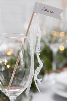 Tipps und Tricks für die Tischordnung zur Hochzeit! Mit unseren Inspirationen finden am großen Tag alle Hochzeitsgäste Ihren Platz. #hochzeit #tischdekohochzeit #tischdeko