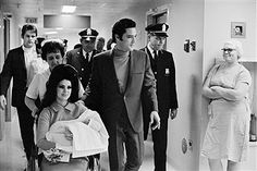 Elvis Presley with Priscilla with newborn daughter Lisa Marie at Baptist Hospital in Memphis TN, I. Elvis Presley Priscilla, Elvis Presley Family, Elvis Presley Photos, Lisa Marie Presley, Marilyn Monroe, Logan Lucky, Elvis Impersonator, Pop Singers, Graceland