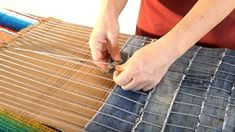 DIY How to make a carpet recycling old jeans - Manualidades: Alfombra reciclada… Crafts - DIY DIY How to make a carpet recycling old jeans Old Jeans are cut into strips cut a series of slits in the edge of the cardboard Wedge the yarn int. DIY crafts: B Jean Crafts, Denim Crafts, Diy Tapis, Denim Rug, Diy Jeans, Denim Ideas, Recycled Denim, Diy Carpet, Upcycle