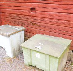 Perjantain kunniaksi...roskiskuva? Tämä kuva havainnollistaa  roskis ja hiekoituslaatikko. Laatikot on asianmukaisesti otettu irti seinästä jotta ilma pääsisi kiertämään. Talon rakenteita ei ole pilattu muovimaaleilla mutta näistä huolimatta seinässä näkyy lahokohta joka voi hyvin  olla jopa läpilaho (ilman lupia ei kehdannut ruveta tökkimään työkaluilla). Mistä tämä johtuu? Arvauksia?