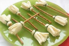 I made these with larger pretzel rods and they were still great!  Work, but great!  From Cocinandocon Catman   #healthy #food #fun #fall #Halloween #kids