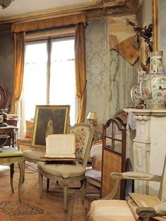 Madame de Florian was a French socialite and actress who fled to the south of France during World War II. She kept her apartment in Paris on the Right Bank near the Opéra Garnier. Abandoned till her death in 2010 Abandoned Mansions, Abandoned Buildings, Abandoned Places, Decoracion Vintage Chic, French Apartment, Time Stood Still, Frozen In Time, Piece A Vivre, Time Capsule