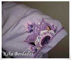 Camiseta lilás, flores na manga01