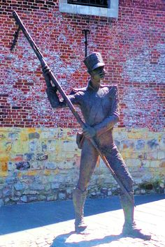 Op het Kerkplein staat D'r Koehp van Hehle (oud-Heerlens voor 'Kobus van Heerlen') gevaarlijk met zijn geweer te zwaaien. Kobus reisde als soldaat in dienst van Napoleon de Europese slagvelden af. Hij schreef daarbij – maar eigen zeggen natuurlijk – de ene heldendaad na de andere op zijn naam.