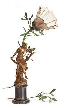 """BORDLAMPE Art nouveau. 1900-tallets første del. Fot i sortmalt tre. Stammen er formet som en kvinnefigur sittende på en stamme med grønnmalte grener i bakkant. Skjerm i iriserende glass. Merket med plakett i front, """"Le Désir ardent"""" (Det brennende ønske).  HØYDE 53,00 CM Plants, Art, Style, Art Background, Swag, Kunst, Plant, Performing Arts, Outfits"""