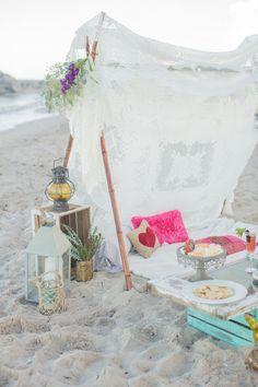 Boho beach picnic / flowers: bellalillystudio.com / photo: 1313photography.com