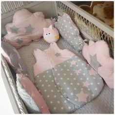 Ensemble tour de lit bébé + gigoteuse rose pale blanc et gris nuage