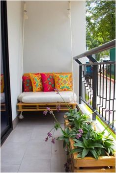 Dicas para decorar a casa com sofás de pallets Decor dys Sofá de pallets Small Balcony Design, Small Balcony Decor, Modern Balcony, Small Balcony Garden, Balcony Decoration, Small Balconies, Home Decoration, Balcony Ideas, Decorations