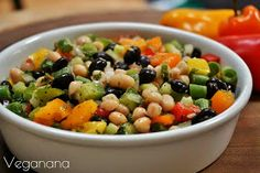 Além de deliciosa, esta salada é muito nutritiva por ser rica em vitaminas, proteínas e fibras, podendo ser servida como refeição princ...