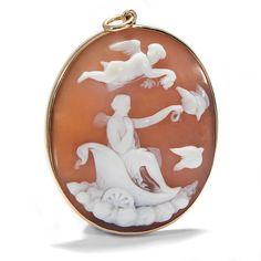 Venus, von Tauben gezogen - Antike Muschelgemme in Goldfassung als Anhänger, um 1860 von Hofer Antikschmuck aus Berlin // #hoferantikschmuck #antik #schmuck #antique #jewellery #jewelry