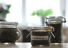 Wildkräuterpesto 100 g Wildkräuter (Wegerich, Frauenmantel, Gänseblümchen, Gundermann, Löwenzahn, Brennnessel, Knoblauchsrauke), ein paar Blättern Rucola und Basilikum,100 g Cashewkerne, 20 g Parmesan oder Pecorino, 100 g Olivenöl.