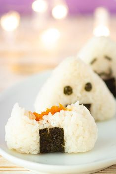 These completely vegan onigiri make a fun lunch for your kids! They're filled with smoked vegan salmon – basically marinated carrot – for a delicious appetizer or afternoon snack. Vegan Foods, Vegan Recipes, Cooking Recipes, Vegan Meals, Lunch Recipes, Vegan Japanese Food, Japanese Vegetarian Recipes, Vegan Vegetarian, Vegan Fish