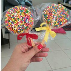 Biscoito amanteigado de chocolate, coberto com chocolate e bolinhas de cereal colorido