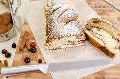 Corte la trenza de pan dulce con el cuchillo para pan del Juego de Cubiertos Serie Élite