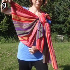 Rebozo, krok 9: V časti, ktorú ste viedli popod pažu, vám vznikne kapsa pre dieťa.