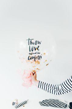 """Mit Konfetti gefüllter, transparenter Riesenballon mit lettering """"Throw love around like confetti"""" von Viviane Lenders Design  für Hochzeiten und Partys"""