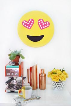 Find the best Emoji Party Decorations! Do you need decorations ideas for your Emoji party? Here are some cool Emoji party decoration ideas. Habitat For Humanity, Memo Boards, Kirigami, Cool Diy, Emoji Craft, Diy Simple, Do It Yourself Inspiration, Turbulence Deco, Girly