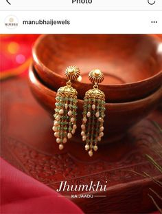 Gold Jewelry For Bridesmaids Gold Jhumka Earrings, Jewelry Design Earrings, Gold Earrings Designs, Gold Jewellery Design, Designer Earrings, Women's Earrings, Gold Jewelry, Tikka Jewelry, Antique Jewellery