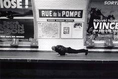 C'est un point de vue polisson du photographe Janol Apin. D'Abbesses à Wagram, jeux de mots, charades et calembours se côtoient. Le métro de Paris comme vous ne l'avez jamais vu ! En voiture !