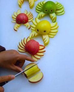 Amazing Food Decoration, Amazing Food Art, Easy Food Art, Creative Food Art, Fruit Sculptures, Food Sculpture, Deco Fruit, Vegetable Decoration, Fruit And Vegetable Carving