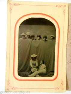 1885-TINTYPE-CARNIVAL-PHOTO-RARE-UNUSUAL-FRIENDS-PEEKING-OVER-CURTAIN-AT-COUPLE