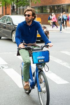 Learning to ride a bike is no big deal. Learning the best ways to keep your bike from breaking down can be just as simple. Mens Summer Dress Clothes, Men Dress, Summer Outfits, Buy Bike, Bike Run, Andrea Pirlo, Specialized Bikes, Best Dressed Man, Mountain Bike Shoes