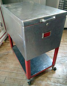 Oude dossierkast,ziet er weer top uit als industriel meubel.