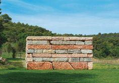Wall of Light Cubed (2007), de Sean Scully  D'un poids de 1 000 t, ce formidable empilement de blocs de calcaire et de marbre a été entièrement taillé dans une carrière au Portugal.