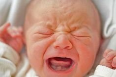 Understanding Colic: Colic Symptoms and Treatment - Expert Baby Advice Pediatrician Jay Gordon explains what colic is, how long bouts of crying can last, and what parents need to understand about its causes and symptoms. Futur Parents, New Parents, Baby Wont Stop Crying, Crying At Night, Baby Sounds, Colic Baby, Education Positive, Renz, Adoptive Parents