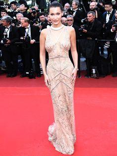 Die macht ihrer Schwester Gigi in Sachen Eleganz echt nichts vor: Bella Hadid in Roberto Cavalli.