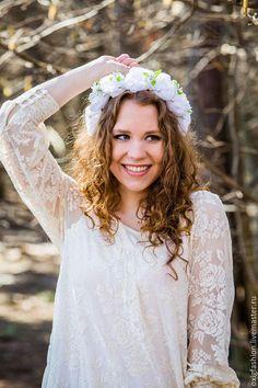 Свадебный ободок на голову с белыми розами и бусинами