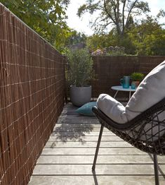 Faites de votre jardin un espace intime appréciable, avec un brise-vue à adapter selon vos besoins. #castorama #inspiration #decoration #ideedeco #amenagement #tendancedeco #jardin #abridejardin #decojardin  #brisevue #cloture