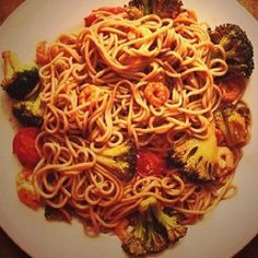 Buckwheat noodles with prawns, broccoli and cherry tomatoes.