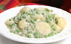Creamy peas and potatoes Two vegetable favorites are combined in this creamy dish that can be enjoyed as an accompaniment for roasted meat or as a hearty, vegetarian main meal. Potato Recipes, Vegetable Recipes, Pea Recipes, Potato Dishes, Healthy Recipes, Creamed Peas And Potatoes, Boil Potatoes, Appalachian Recipes, Vegetarian Main Meals