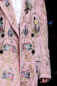casaco de veludo rosa com bordados da Dolce e Gabbana