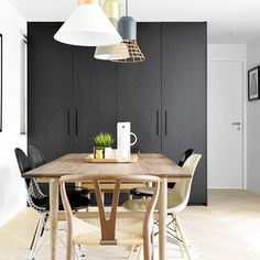 These black cabinets create such a sleek backdrop! 👯 #regram @modernsanctuary Design by @yc_chen of @hoo_homeofone