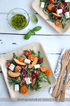 Due bionde in cucina: Insalata con frutta, pomodori e vinaigrette al basilico #seguilestagioni