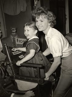 Debbie Reynolds and Carrie Fisher on the set of The Rat Race (1960) Golden Age Of Hollywood, Vintage Hollywood, Hollywood Stars, Classic Hollywood, Old Movie Stars, Classic Movie Stars, Classic Movies, Debbie Reynolds Carrie Fisher, Eddie Fisher