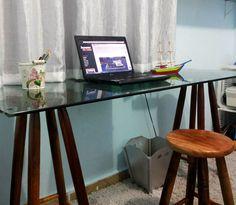 Tem colunista novo no blog e ele já chega trazendo o passo a passo de uma escrivaninha super fácil de fazer, mas que vai dar uma cara nova pro seu escritório.