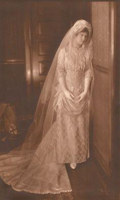 Bride in 1885 from Victorian Wedding Fashion – 27 Stunning Vintage Photos of Brides Before 1900 Vintage Wedding Photos, Vintage Bridal, Vintage Weddings, Silver Weddings, Wedding Dress Trends, Wedding Dresses, Victorian Bride, Bride Gowns, Wedding Bride