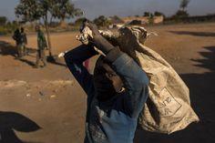 As mortais minas escavadas à mão, no Congo, para consumidores de smartphones e laptops
