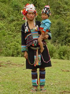 Akha mother and child in  traditional dress.  Akha village in Luang Namtha province, Laos | ©  Kees Sprengers