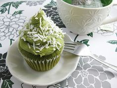 Moist green tea cupcakes are frosted with a delicious green tea cream cheese frosting. Green Tea Cupcakes, Matcha Cupcakes, Yummy Treats, Sweet Treats, Yummy Food, Tasty, Green Tea Cream, Just Desserts, Dessert Recipes