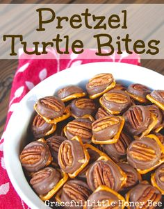 These Pretzel Turtle Bites are the perfect easy Holiday treat! ...Christmas !!!