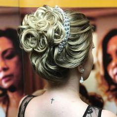 Discover penteadossonialopes's Instagram Coque com marcações de mechas ❤️ . #sonialopes #cabelo #penteado #noiva #noivas #casamento #hair #hairstyle #weddinghair #wedding #inspiration #instabeauty #beauty #penteados #novia #tranças #inspiração #tutorial #tutorialhair #lovehair #videohair #curl #curls #trança #cabeleireiros #peinado 1603809420277897522_1188035779